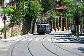 Il Tramvia Blau salendo verso la funicolare del Tibidabo.