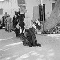 Bedoeïenenvrouwen en mannen in traditionele klederdracht op de markt . De vrouwe, Bestanddeelnr 255-3454.jpg