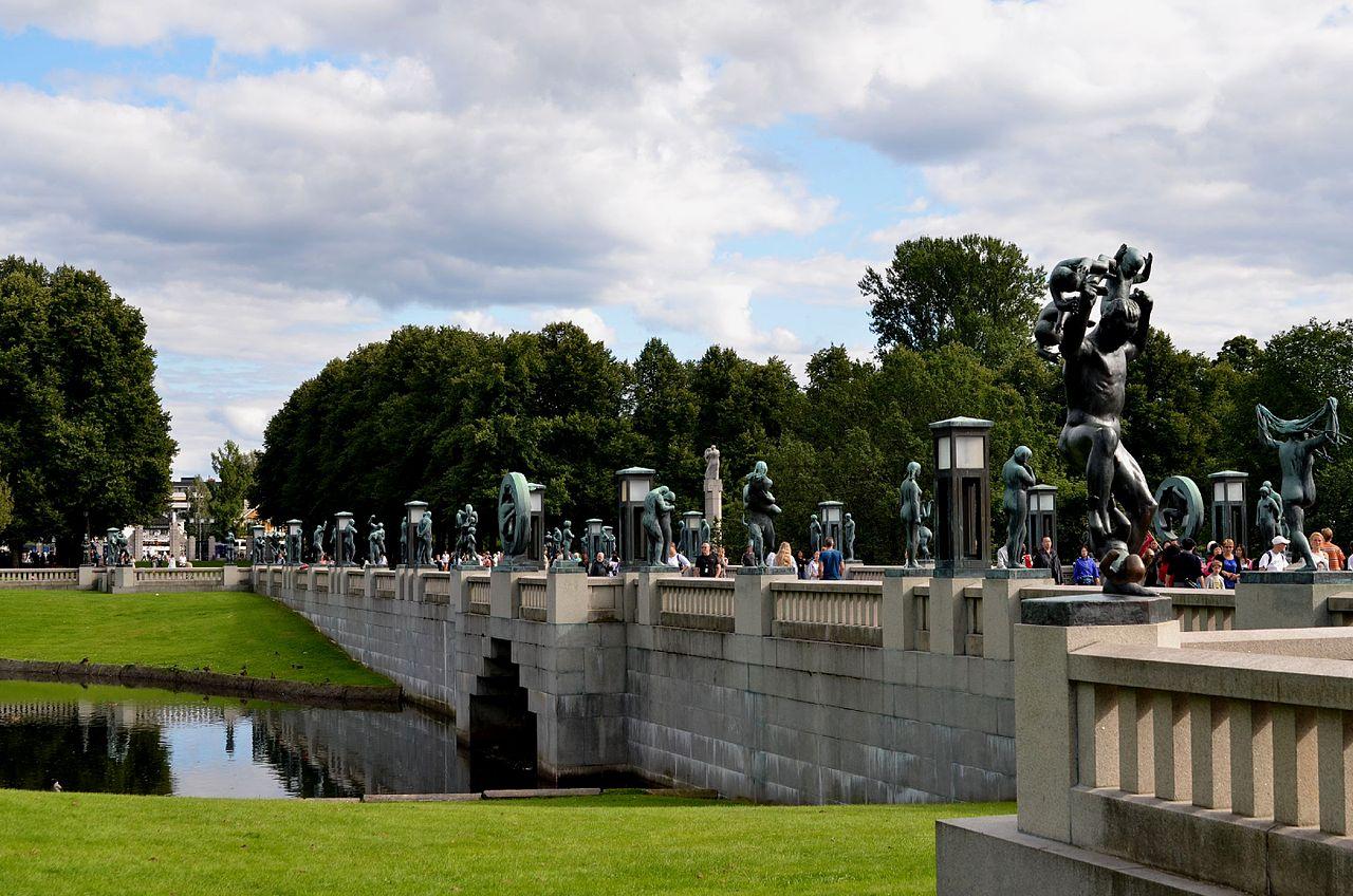 Una vista del puente que cruza el parque, flanqueado con esculturas de desnudos de bronce