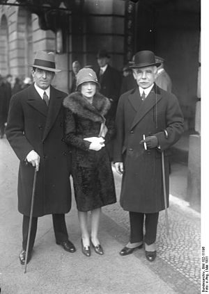 Roger Wolfe Kahn - Roger Wolfe Kahn, Hannah Williams and Otto Hermann Kahn 1931 in front of Hotel Adlon in Berlin
