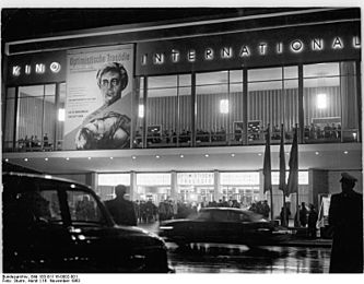 "Bundesarchiv Bild 183-B1116-0002-001, Berlin, Kino ""International"", Nacht"