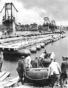 Nemeckí ženisti pri stavbe pontónového mostu cez dneper