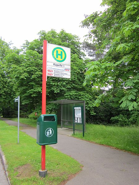 File:Bushaltestelle Kapelle 9 auf dem Ohlsdorfer Friedhof in Hamburg.jpg