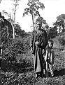 COLLECTIE TROPENMUSEUM Een man van Karo-Batak afkomst met zijn zoon Noord-Sumatra TMnr 10005416.jpg