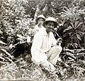 COLLECTIE TROPENMUSEUM Pater Martien Gloudemans en broeder Plechelmus poseren met een Dajak kind in het bos Borneo TMnr 60051363.jpg