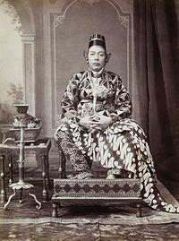 COLLECTIE TROPENMUSEUM Studioportret van Hamengku Buwana VII Sultan van Jogjakarta TMnr 60001455b.jpg