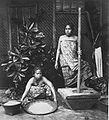 COLLECTIE TROPENMUSEUM Studioportret van twee vrouwen tijdens het stampen en zeven van rijst TMnr 60027256.jpg
