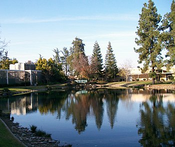 English: Buildings and lake at California Stat...
