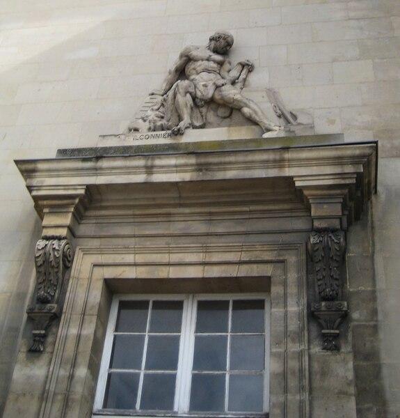 Bas-relief de Falconnier sur la façade principale du palais de justice de Caen (Calvados) — Allégorie de la Force