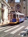 Cattedrale di Lisbona e classico tram IMG 20160903 134311 (29293598370).jpg