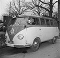 Chauffeur achter het stuur in een Volkswagen taxi-busje, Bestanddeelnr 252-8844.jpg