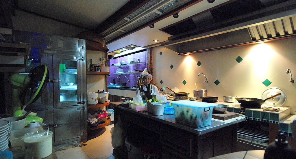 File chiang mai restaurant kitchen jpg wikimedia commons for J kitchen chiang mai