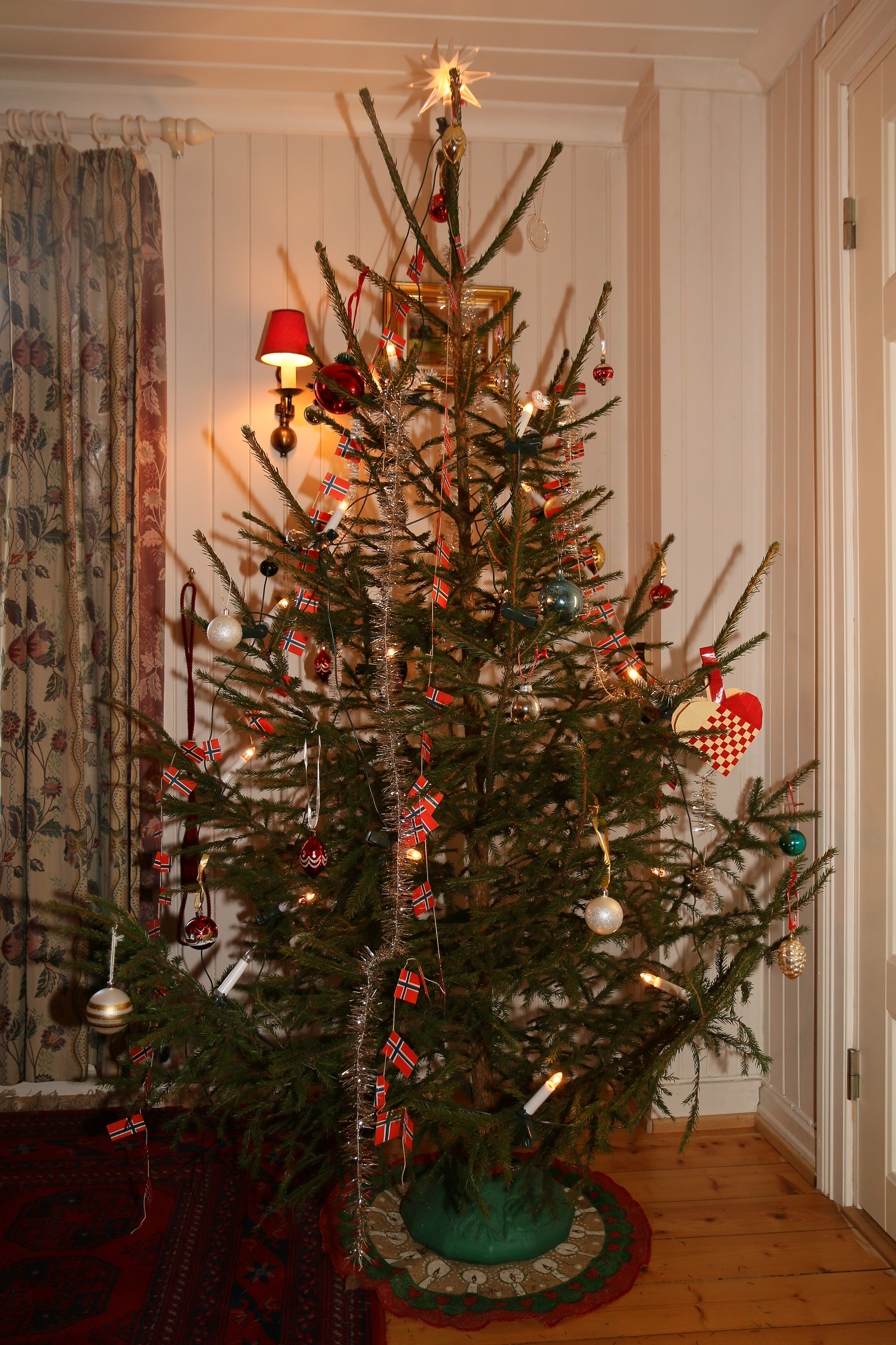File:Christmas tree from Norwegian spruce - juletre.jpg - Wikimedia ...