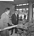 Coen Moulijn in zijn winkel in aanbouw, Bestanddeelnr 912-5475.jpg