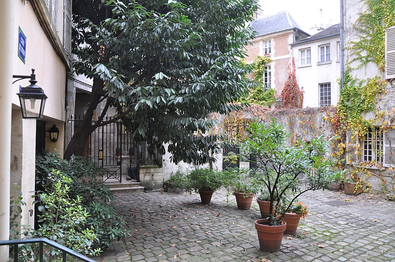 File:Cour de Rohan, courtyard in Paris (France).JPG