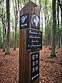D-NW-MI-Porta Westfalica - Bückeberge-Weg bei den Nammer Klippen, Hinweis 9ter Längengrad.jpg