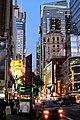 Das Nachtleben erwacht in der 42. Straße in Manhattan - panoramio.jpg