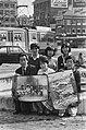 Delegatie van de Japanse Vredesbeweging met posters tegen de kernbewapening in A, Bestanddeelnr 930-1954.jpg