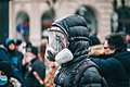 Demonstrant mit Gasmaske bei Anti-Corona-Demo (50852627173).jpg