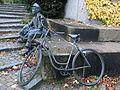 Die Skulptur eines Briefträgers in Uniform mit Fahrrad, Bild 02.JPG