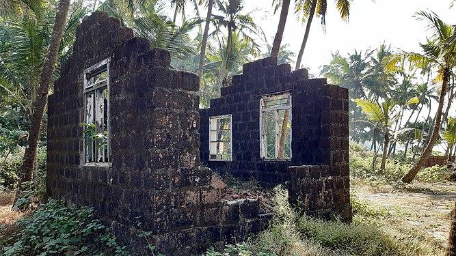 Dilapidated houses in rural Kerala 17.jpg
