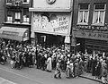 Drukte bij bioscoop Nöggerath voor een film van Laurel en Hardy Bij de Luchtbes, Bestanddeelnr 908-8820.jpg