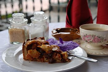 English: A slice of Dutch apple pie (appeltaar...