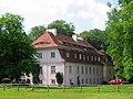 Dwór w Starym Resku, położony jest na półwyspie nad Jeziorem Resko. Budynek Dworku pochodzi z końca XIXw. i otoczony jest zabytkowym parkiem z przewagą dębów. Obok Dworku znajdują się zabudowania folwarczne.jpg
