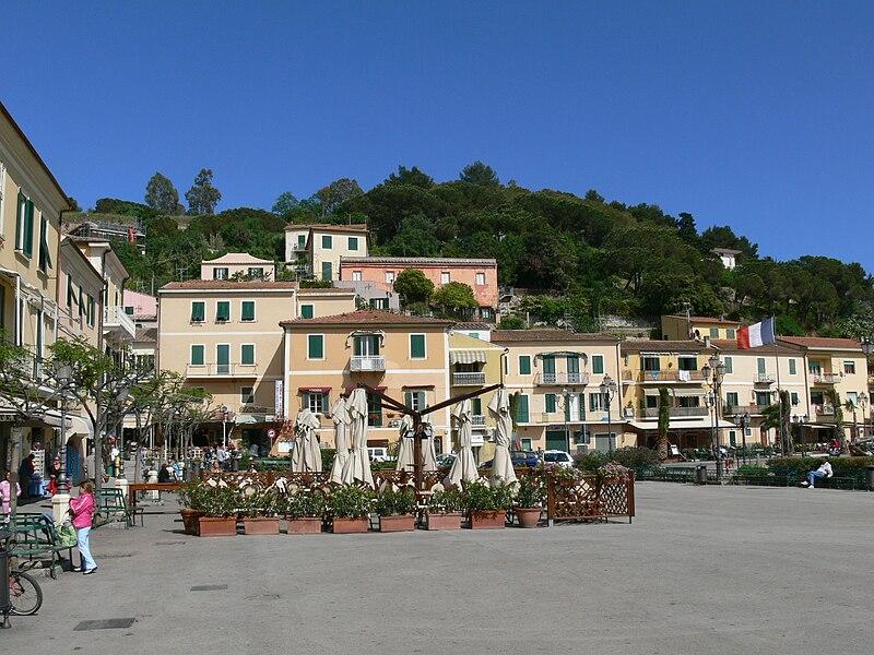 File:Elba - Porto Azzurro - Piazza am Hafen.jpg