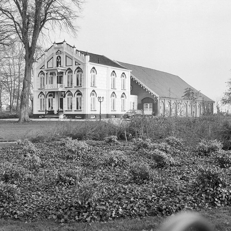 exterieur overzicht boerderij en schuur, voorgevel, rechter zijgevel ...: rijksmonumenten.nl/monument/508376/villa-flora/nieuw-buinen