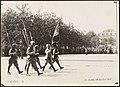 Fête nationale 1916 au Havre, défilé des troupes, passage du drapeau du 137e régiment d'infanterie territoriale devant la bourse.jpg