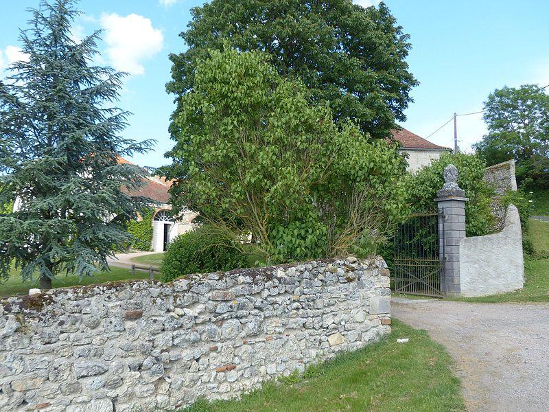 Broût-Vernet (Allier, France). Château de Fouranges. Vue prise de la route.