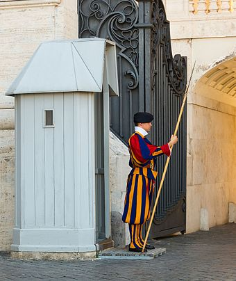 A guard of the Vatican at his sentry box Garde Suisse guerite, Cite du Vatican.jpg
