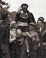 Georges Paillard porté en triomphe après son record de l'heure derrière grosse moto, début octobre 1937 sur le trajet Chartres-Paris.jpg
