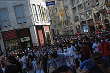 external image 220px-Gezi_protestors_in_%C4%B0stiklal_Avenue_on_June_1%2C_2013.jpg