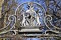 Grafenstein Schloss 1 Schlosseinfahrt schmiedeeisernes Wappen der Orsini-Rosenberg 08122011 455.jpg
