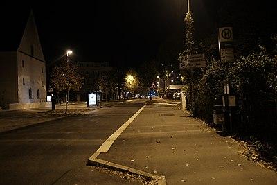 Hechinger Straße stadtauswärts bei Nacht mit Bushaltestelle Loretto (2018).jpg