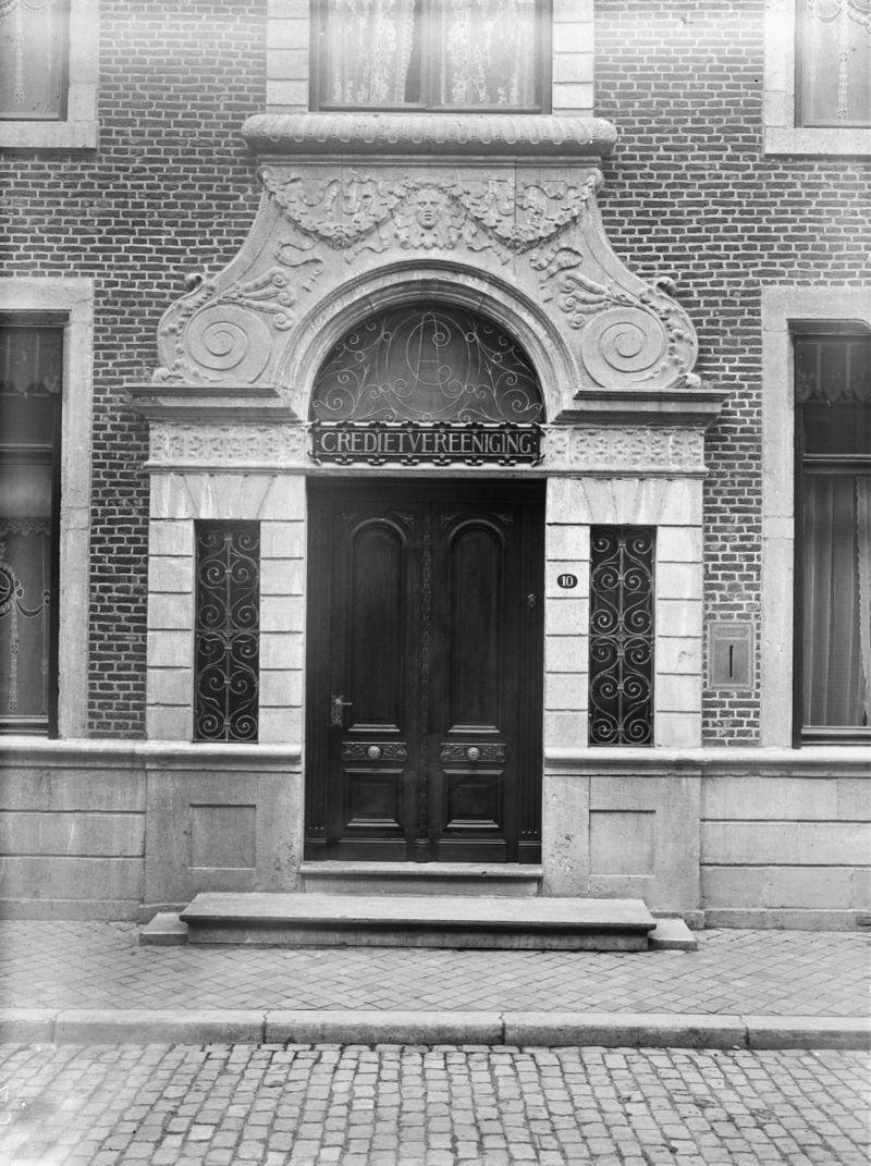 Oude huis de crassier een huis met brede lijstgevel in maastricht monument - Huis ingang ...