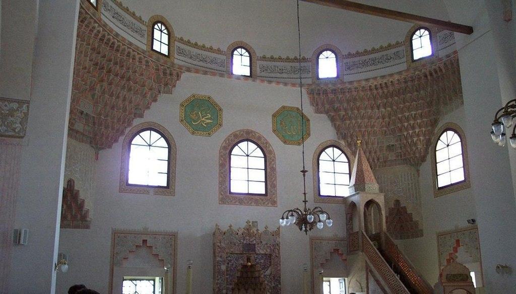 Interiér mešity v Sarajevu