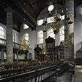 Interieur van de Portugese Synagoge te Amsterdam met houten tongewelf, koperen kaarsenkronen en houten hechal (arke) - Amsterdam - 20408334 - RCE.jpg