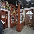 Interieur winkel, overzicht toonbank - Feerwerd - 20369386 - RCE.jpg