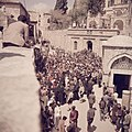 Jeruzalem. Pelgrims op Goede Vrijdag op weg in de Via Dolorosa in Jeruzalem, Bestanddeelnr 255-9827.jpg