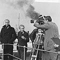 Joris Ivens (midden) en beeldhouwergraficus Carel Kneulman (links), Bestanddeelnr 918-3066.jpg