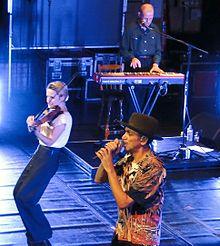 il cantante dei Dexys Kevin Rowland con la violinista Lucy Morgan e Mick Talbot