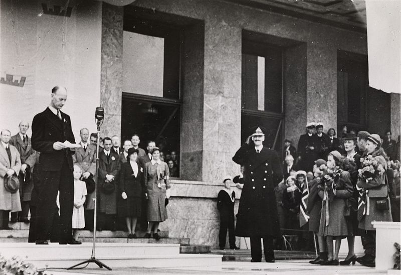 File:Kong Haakons hjemkomst, 7. juni 1945, Oslos ordfører ønsker kongefamilien velkommen hjem, Oslo Museum, OB.F12570p - Crop.jpg