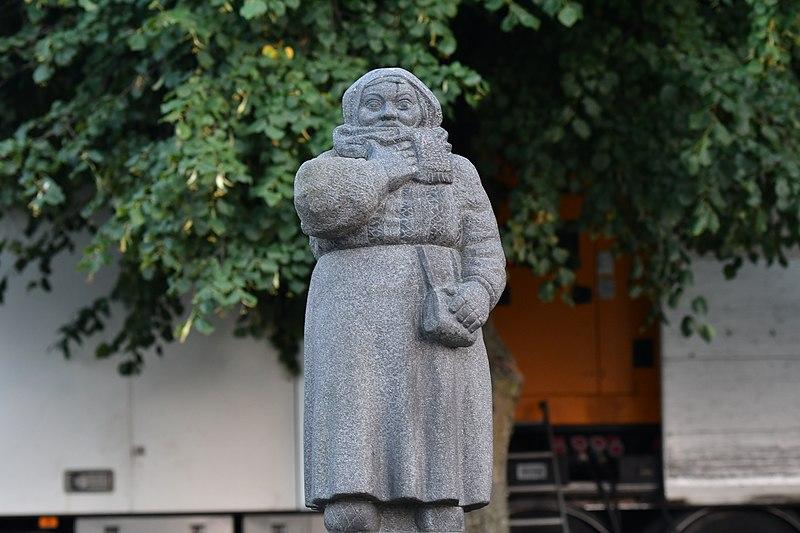 File:Kvinna, staty, Malmö.jpg