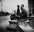 Lapsia ratsastamassa hylkeellä Havis Amandan luona Kauppatorilla. - N1797 a (hkm.HKMS000005-0000016h).jpg