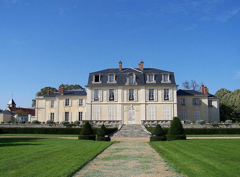 Château Aubert au Chesnay (Yvelines, France). En arrière plan, à gauche, le clocher de l'église Saint-Germain.