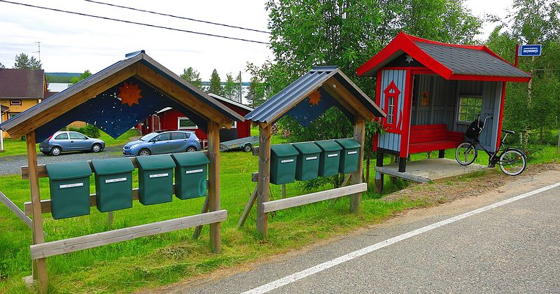 Fail:Letter boxes and bus stop in Sodankylä.jpg