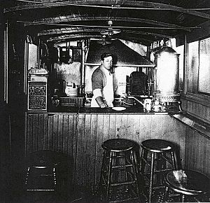 Louis' Lunch - Louis Lassen's lunch wagon in a photo from 1907-1916.